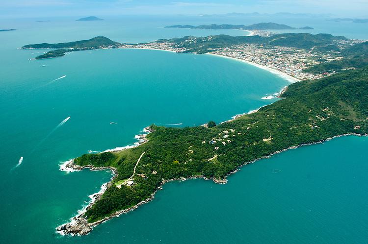 Vista aérea da praia de Bombas e Bombinhas, Santa Catarina, Brasil.