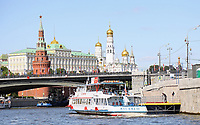 Tournistenboot auf der Moskwa am Kreml - 15.06.2018: Sightseeing Moskau