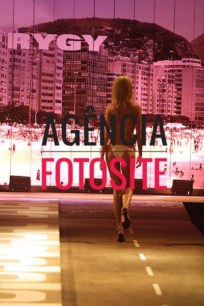 Rio de Janeiro, Brasil – 25/07/2002 - Desfile de Rygy durante o Fashion Rio -  verão 2003. Foto: Agência Fotosite