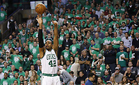 -FOTODELDIA- MCX01. BOSTON (EE.UU.), 15/05/2017.- El jugador Al Horford de Boston Celtics lanza el balón hoy, lunes 15 de mayo de 2017, durante un juego entre Washington Wizards y Boston Celtics de la NBA, que se disputa en el TD Garden en Boston, Massachusetts (Estados Unidos). EFE/CJ GUNTHER