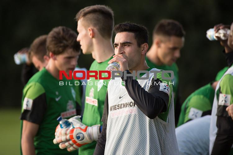 Trainingsgel&auml;nde, Jerez, ESP, 1.FBL, Trainingslager Werder Bremen 2014,  08.01.2014, <br /> <br /> Mehmet Ekici (Bremen #10)<br /> Erfrischungspause <br /> <br /> Foto &copy; nordphoto/ Kokenge