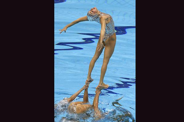 LON175 LONDRES (REINO UNIDO) 10/8/2012 .- El equipo español de natación sincronizada realiza el ejercicio de rutina libre en la final de la categoria hoy, 10 de agosto de 2012, en el Centro Acuático de los Juegos Olímpicos de Londres.EFE/Lavandeira Jr.