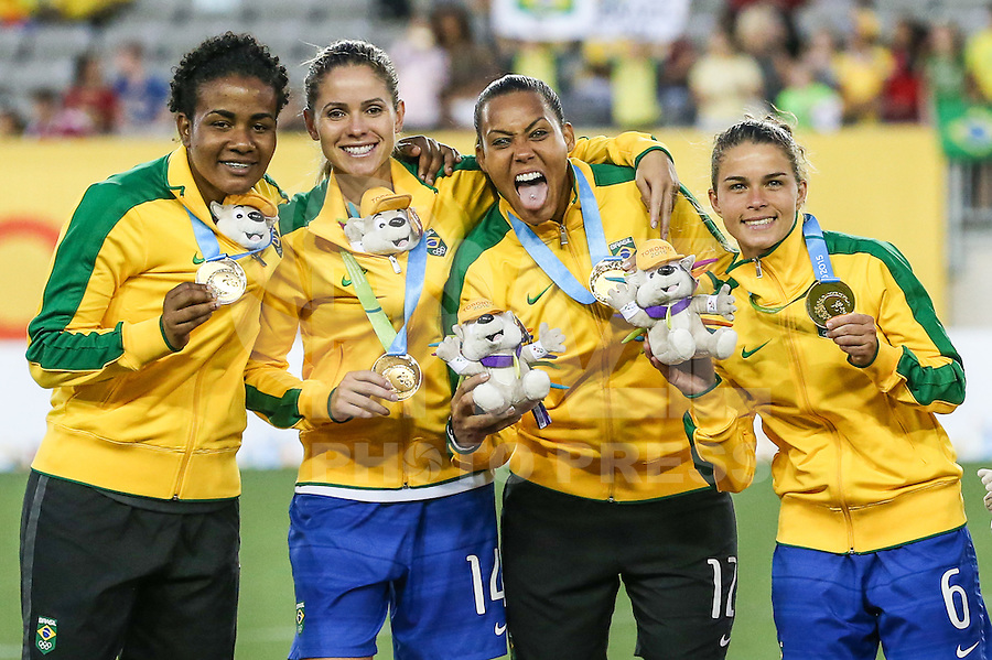 HAMILTON, CANADA, 25.07.2015 - PAN-FUTEBOL -  Luciana, Erika, Barnara e Tamires do Brasil comemoram medalha de ouro após ganhar de 4 a 0 da Colombia em partida da final do futebol feminino nos jogos Pan-americanos no Estadio Tim Hortons em Hamilton no Canadá neste sábado, 25.  (Foto: William Volcov/Brazil Photo Press)