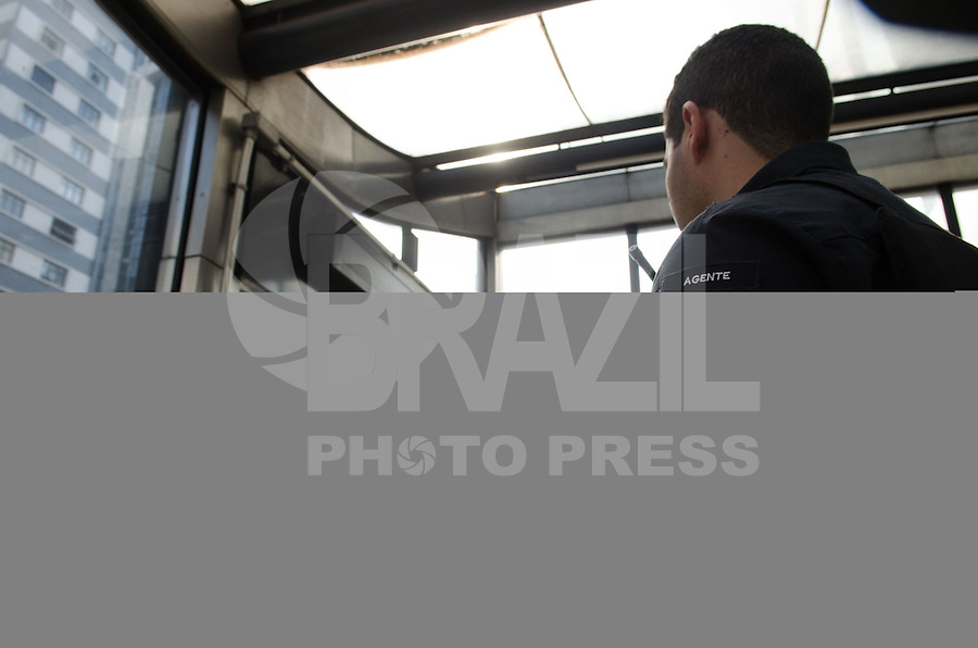 SAO PAULO, SP 07 DE SETEMBRO DE 2013 - PROTESTO 7 DE SETEMBRO - Funcionarios do Metro fazem seguranca dentro da estação Trianon, na Avenida Paulista durante protesto na tarde deste sabado, 07, regiao central da capital. FOTO: ALEXANDRE MOREIRA / BRAZIL PHOTO PRESS