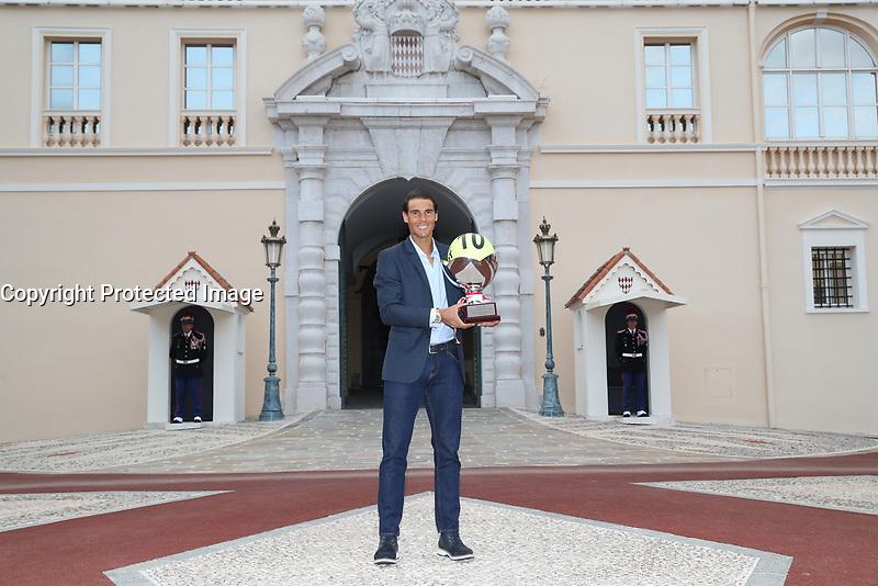 MONTE CARLO ROLEX MASTERS 2017 RAFAEL NADAL VAINQUEUR POUR LA 10EME FOIS EN PRINCIPAUTE pose sur la la place du Palais Princier à l'issue du Tournoi
