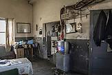 Umspannwerk, Gjirokastra, 2013, Strom wird  in Albanien hauptsächlich aus Wasserkraft gewonnen. Zu kommunistischen Zeiten wurde das Land elektrifiziert. Die Infrastruktur kann aber mit dem hohen Verbrauch heutzutage nicht mithalten