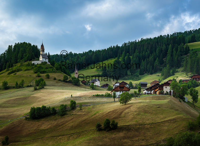 Italy, South Tyrol (Trentino - Alto Adige), La Valle: hamlet Ru (right) and hamlet Tolpei with steeple of parish church St Genesius in Old-Wengen (middle), the chapel Saint Barbara (left) | Italien, Suedtirol (Trentino - Alto Adige), Wengen: mit den Weilern Ru (rechts) und dahinter Tolpei mit dem Turm der alten Pfarrkirche St. Genesius in Altwengen (Mitte) und links die spaetgotische Barbarakapelle