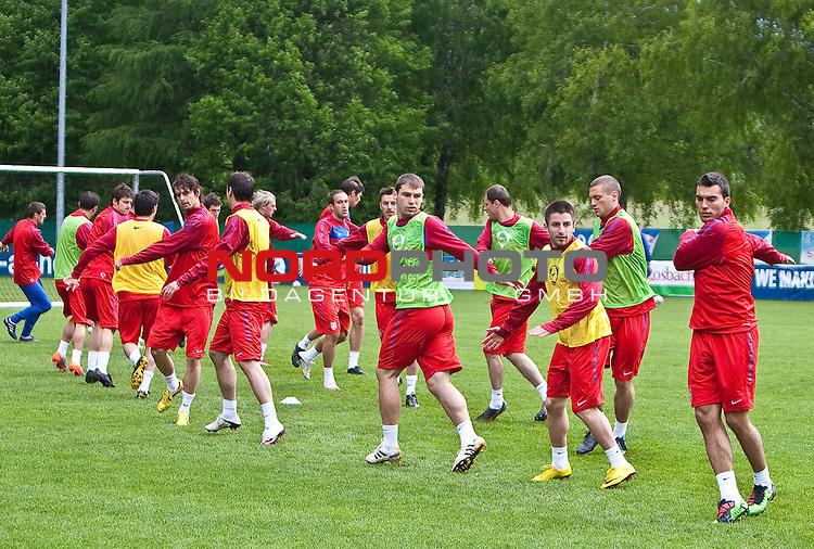 31.05.2010, Steinbergstadion, Leogang, AUT, FIFA Worldcup Vorbereitung, Training Serbien im Bild die serbische Nationalmannschaft beim Aufw&auml;rmen,  Foto: nph /  J. Feichter *** Local Caption *** Fotos sind ohne vorherigen schriftliche Zustimmung ausschliesslich f&uuml;r redaktionelle Publikationszwecke zu verwenden.<br /> <br /> Auf Anfrage in hoeherer Qualitaet/Aufloesung