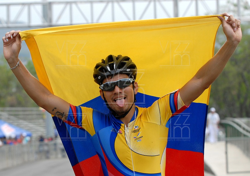 CALI - COLOMBIA - 04-08-2013: Pedro Causil de Colombia gana la medalla de oro en la prueba de los 500 metros mayores varones en patinaje de Velocidad en los IX Juegos Mundiales Cali, agosto 4 de 2013. (Foto: VizzorImage / Luis Ramirez / Staff). Pedro Causil from Colombia (L) wins the gold medal in the competition of 500 meters senior men in Speed Skating in the IX World Games Cali, August 4 2013. (Photo: VizzorImage / Luis Ramirez / Staff).