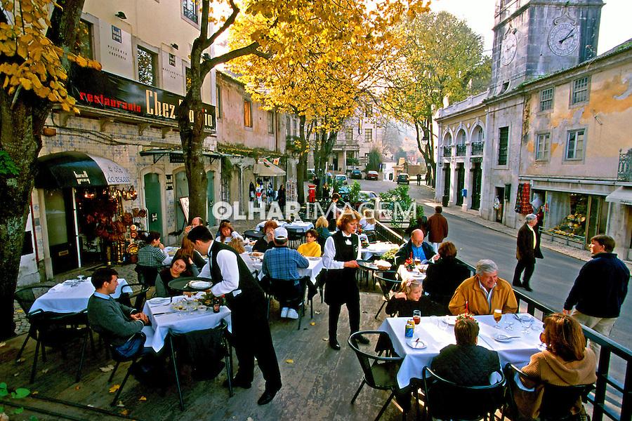 Pessoas em restaurante. Sintra, Portugal. 1999. Foto de Juca Martins.