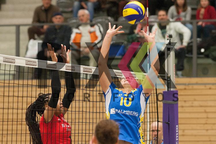 am Ball Schwerins Denise Hanke <br /> <br /> 05.12.2015 Volleyball Frauen 1. Bundesliga Koepenicker SC Berlin  - Schweriner SC <br /> <br /> Foto &copy; PIX-Sportfotos *** Foto ist honorarpflichtig! *** Auf Anfrage in hoeherer Qualitaet/Aufloesung. Belegexemplar erbeten. Veroeffentlichung ausschliesslich fuer journalistisch-publizistische Zwecke. For editorial use only.