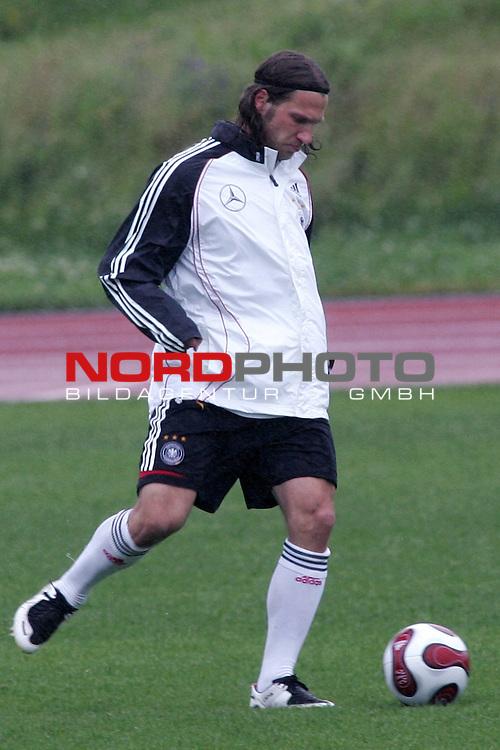 Training Deutsche Nationalmannschaft EM-Qualifikationsspiel Deutschland - San Marino<br /> <br /> Einzelaktion Thorsten Frings. laessig die Hand in der Jackentasche bei dem Regen<br /> <br /> Foto &copy; nph (nordphoto)<br /> <br /> <br /> <br />  *** Local Caption ***