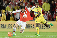 BOGOTÁ -COLOMBIA, 15-04-2017. Jonathan Gomez (Izq.) jugador de Santa Fe disputa el balón con Jossymar Gomez (Der.) jugador del Bucaramanga durante el encuentro entre Independiente Santa Fe y Atletico Bucaramanga por la fecha 13 de la Liga Aguila I 2017 jugado en el estadio Nemesio Camacho El Campin de la ciudad de Bogota. / Jonathan Gomez (L) player of Santa Fe struggles for the ball with Jossymar Gomez (R) player of Bucaramanga during match between Independiente Santa Fe and Atletico Bucaramanga for the date 13 of the Aguila League I 2017 played at the Nemesio Camacho El Campin Stadium in Bogota city. Photo: VizzorImage/ Gabriel Aponte / Staff