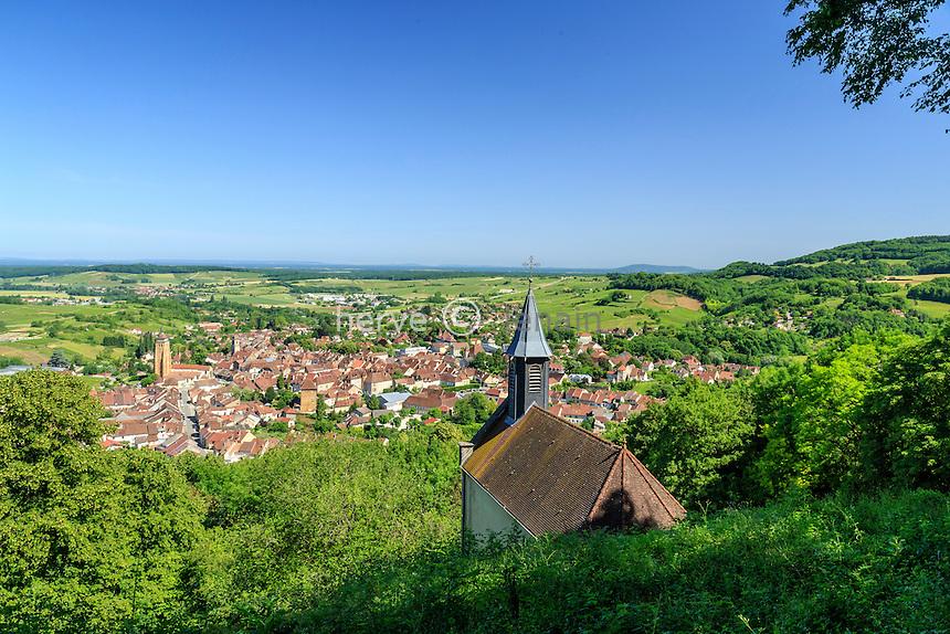 France, Jura (39), Arbois, chapelle de l'Ermitage et vue sur la ville d'Arbois // France, Jura, Arbois, Ermitage chapel and view of the city of Arbois