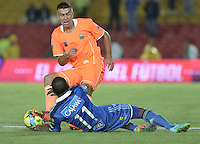 BOGOTÁ -COLOMBIA, 19-07-2014. Leudo Dhawling (Der.) jugador de Millonarios disputa el balón con Andres Orozco (Izq.) jugador de Envigado FC durante partido por la fecha 1 de la Liga Postobón II 2014 jugado en el estadio Nemesio Camacho el Campín de la ciudad de Bogotá./ Leudo Dhawling (R) player of Millonarios fights for the ball with Andres Orozco (L) player of Envigado FC during the match for the first date of the Postobon League II 2014 played at Nemesio Camacho El Campin stadium in Bogotá city. Photo: VizzorImage/ Gabriel Aponte / Staff