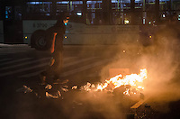 SÃO PAULO, SP, 07 DE OUTUBRO DE 2013 - PROTESTO PROFESSORES - Manifestantes depredaram bancos, estabelecimentos comercias e bloquearam as ruas ateando fogo em lixo na região central, durante protesto em solidariedade aos professores do Rio de Janeiro, na noite desta segunda feira, 07. FOTO: ALEXANDRE MOREIRA / BRAZIL PHOTO PRESS