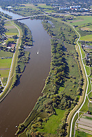 Heukenlock : EUROPA, DEUTSCHLAND, HAMBURG, (EUROPE, GERMANY), 21.09.2014: Das Naturschutzgebiet Heuckenlock ist einer der letzten Tideauenwaelder Europas und ein Suesswasserwatt. Es liegt in Hamburg-Moorwerder im Suedosten der Elbinsel Wilhelmsburg nahe der Bunthaeuser Spitze, außerhalb der Hochwasserschutzanlagen Hamburgs und wird daher ungefaehr hundertmal pro Jahr durch Spring- oder Sturmfluten ueberflutet. Das Gebiet erstreckt sich ueber eine Laenge von 3 Kilometer am Nordufer der Suederelbe und hat eine Flaeche von circa 100 Hektar.<br /> Aufgrund seiner besonderen Lage zwischen Fluss und Land ist das als Naturschutzgebiet ausgewiesene Heuckenlock ein wichtiges Refugium fuer viele Pflanzen- und Tierarten, die anderswo durch Kultivierung der Landschaft laengst verdraengt sind. Es ist das artenreichste Naturschutzgebiet im Hamburger Raum.<br /> <br /> Besucher des Heuckenlocks, das auch einen Wanderweg bietet, sollten sich vorher ueber den Wasserstand der Elbe informieren, da bei Wasserstaenden ueber dem mittleren Hochwasser Teile oder das gesamte Gebiet ueberflutet sind.