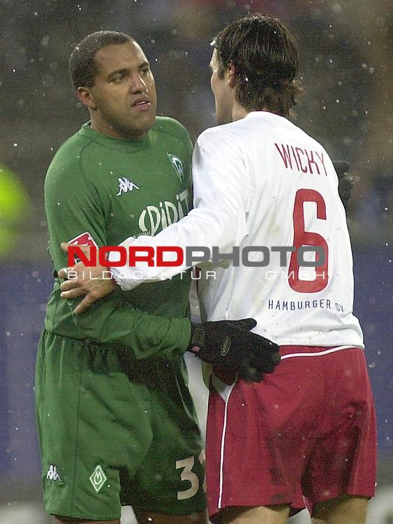 BL 2002/2003 - 19. Spieltag <br /> Hamburger SV vs. SV Werder Bremen 1:0<br /> Freundschaftliche Geste zwischen Ailton (links) von Werder Bremen und Raphael Wicky (rechts) vom HSV nach dem Schlusspfiff. Beide spielten schon beim SV Werder Bremen zusammen.<br /> Foto &copy; nordphoto <br /> <br />  *** Local Caption *** Foto ist honorarpflichtig! zzgl. gesetzl. MwSt.<br />  Belegexemplar erforderlich<br /> Adresse: nordphoto<br /> Georg-Reinke-Strasse 1<br /> 49377 Vechta