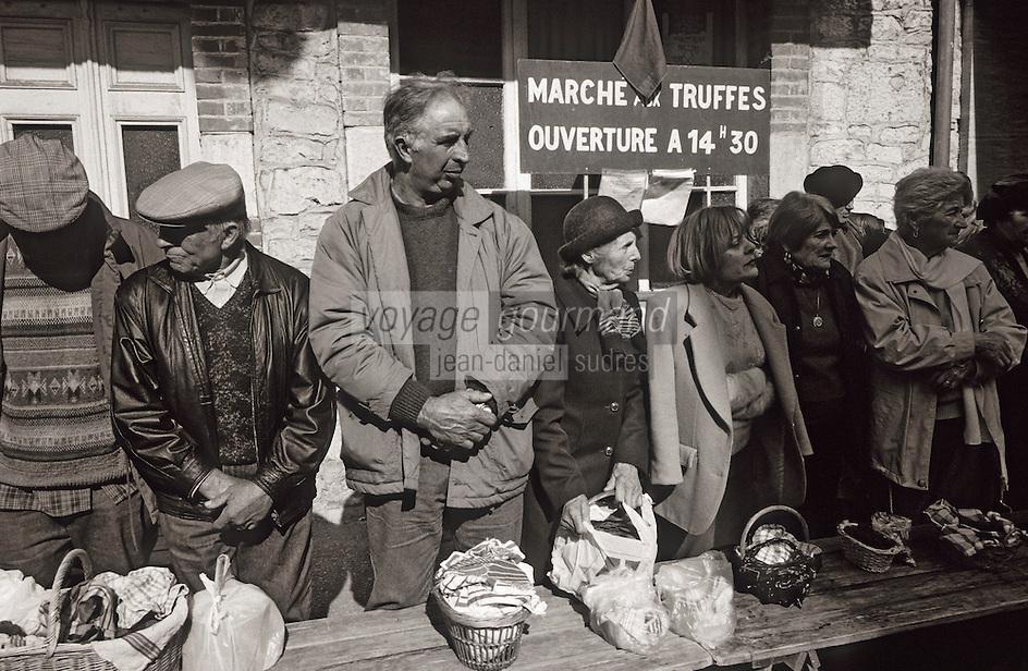 Europe/France/Midi-Pyrénées/46/Lot/Causse de Limogne/Lalbenque: Le marché aux truffes [Non destiné à un usage publicitaire - Not intended for an advertising use]