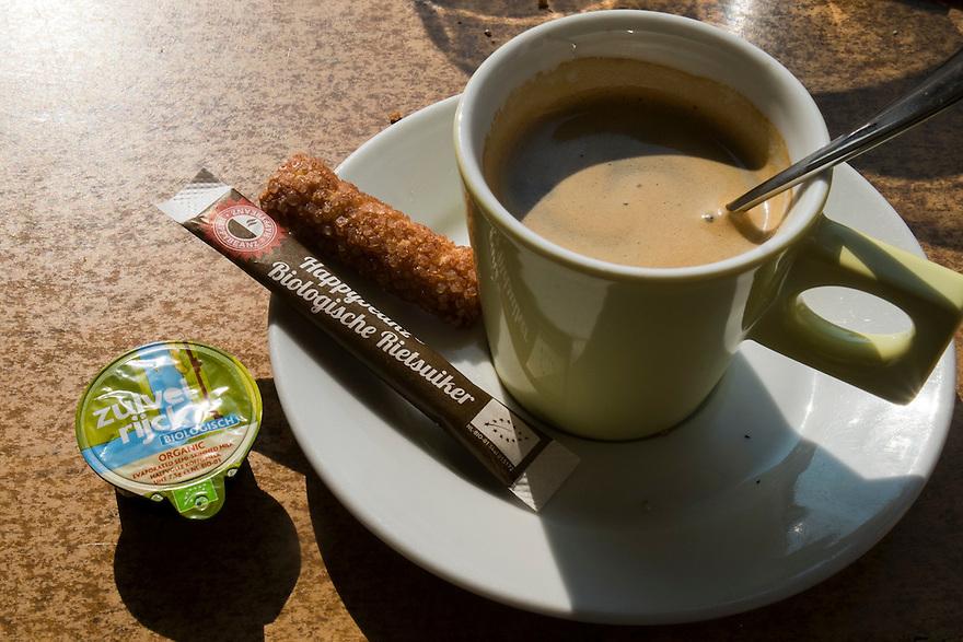 Nederland, Beverwijk, 4 sept 2014<br /> Bij een horeca onderneming aan het strand van Beverwijk krijg je biologische rietsuiker en koffiemeld bij de koffie.<br /> Foto: (c) Michiel Wijnbergh