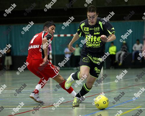 2007-05-23 / Futsal / Antwerpen - Charleroi: Dick Hulshorst (Antwerpen) gaat voorbij Chaibai.