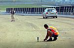 ROTTERDAM - Voorbereidende werkzaamheden bestaande uit het opmeten van de weg van het Vondelingenviaduct waar een energieweg wordt aangelegd bestaande uit plastic buizen en klemmatten die als een van de grootste asfaltcollectors van Nederland gaat functioneren. Het water in dit Vondelingenviaduct wordt gebruikt voor energievoorziening van bedrijfsgebouwen en - door opslag in de metersdiepe bodem - voor koeling in de hete zomer, en ter voorkoming van opvriezing in de winter. Tijdens het asfalteren van dit Road Enery Systeem zal koud water door de buizen stromen om te voorkomen dat het 160 graden warme asfalt de buizen doet smelten. Opdrachtgever is het Gemeentelijk Havenbedrijf Rotterdam in samenwerking met Rijkswaterstaat. COPYRIGHT TON BORSBOOM