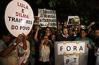 CURITIBA, PR,16.03.2016 - PROTESTO CONTRA LULA -PR– Grupos pró-impeachment estão reunidos na frente da Justiça Federal em Curitiba (PR) na noite desta quarta-feira (16) para protestar contra a nomeação do ex-presidente Luiz Inácio Lula da Silva (PT) para a Casa Civil. (Foto: Paulo Lisboa/ Brazil Photo Press)