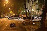 SAO PAULO, 11 DE JUNHO DE 2013 - PROTESTO AUMENTO TARIFA - Manifestantes destruiram lixeiras, caixas de telefone e incendiarm uma cabine policial na rua São Carlos  do Pinhal, esquina com a rua Pamplona na noite desta terça feira, 11, durante protesto contra o aumento da tarifa do transporte publico, na região central da capital. A rua São Carlos do Pinhal ficou bloqueada até os policias apagarem o fogo e removerem a cabine. (FOTO: ALEXANDRE MOREIRA / BRAZIL PHOTO PRESS)