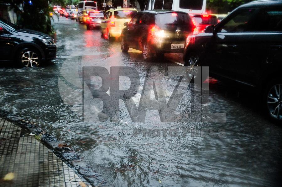 RIO DE JANEIRO,RJ, 25.01.2019 - CLIMA-RJ - Forte chuva atinge a cidade do Rio de Janeiro e deixa ruas dos bairros de Botafogo e Humaitá alagadas na tarde desta sexta-feira, 25 (Foto: Vanessa Ataliba/Brazil Photo Press)