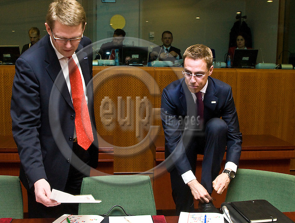 BRUSSELS - BELGIUM - 19 MARCH 2009 -- European Summit under the Presidency of the Czech Republic. --  Matti VANHANEN , Prime Minister of Finland with Alexander STUBB, the Foreign Minister for Finland who is adjusting the binding of his shoe. -- PHOTO: Juha ROININEN / EUP-IMAGES