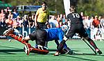 BLOEMENDAAL   - Hockey -  2e wedstrijd halve finale Play Offs heren. Bloemendaal-Amsterdam (2-2) . keeper Jaap Stockmann (Bldaal) tijdens de shoot outs, met Mirco Pruyser (A'dam) .     COPYRIGHT KOEN SUYK