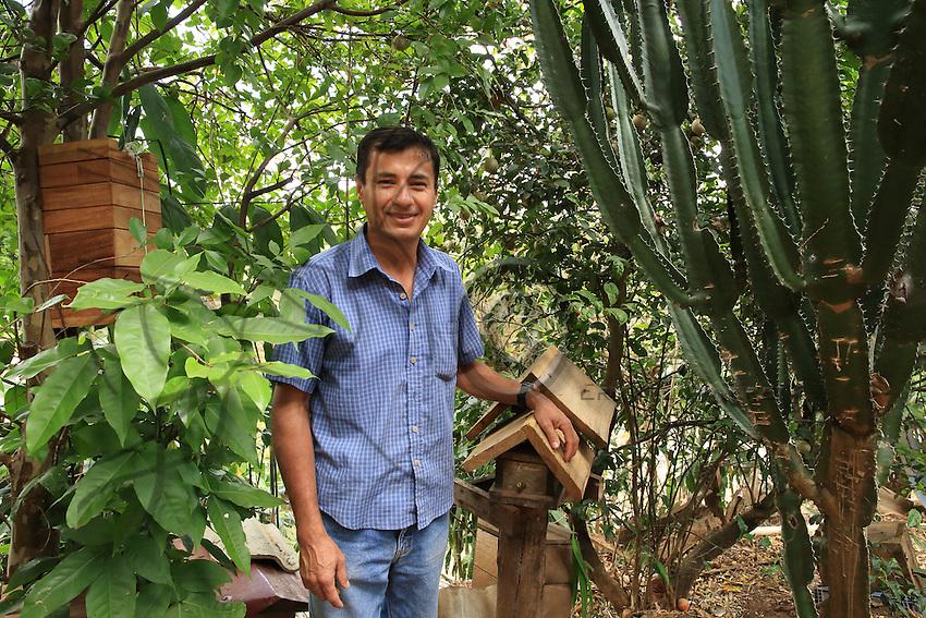 Carlos Vargas, 43-year-old cabinetmaker, he makes hives for a apis melifera and also for stingless bees. In the garden of Grecia, he keep six species of stingless bees.///<br /> Carlos Vargas, 43 ans est &eacute;b&eacute;niste, il fabrique des ruches pour les abeilles apis et les abeilles sans dard. Dans son jardin de Grecia, il &eacute;l&egrave;ve 6 esp&egrave;ces d'abeilles sans dard par passion.