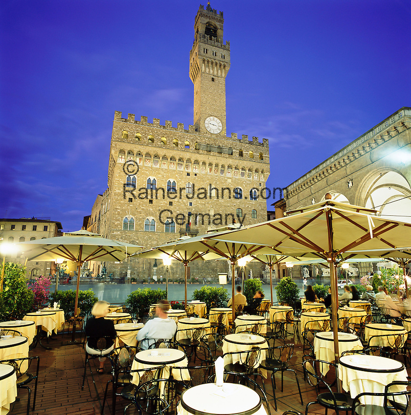 Italy, Tuscany, Florence: evening cafe scene in Piazza Della Signoria | Italien, Toskana, Florenz: Cafe auf der Piazza Della Signoria am Abend
