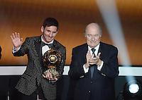 Fussball International  FIFA Ballon d Or   07.01.2013 Weltfussballer 2012  Lionel Messi (li, Argentinien) das vierte mal in Folge Weltfussballer mit FIFA Praesident Joseph S. Blatter (Schweiz)