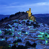 Spain, Andalusia, Province Granada, Montefrio: Church perched on rocky outcrop above traditional White Village at dusk | Spanien, Andalusien, Provinz Granada, Montefrio: weisses Dorf bei Abenddaemmerung