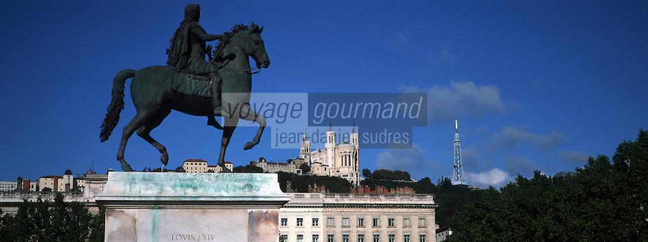 """Europe/France/Rhône-Alpes/69/Rhone/Lyon: Place Bellecour la statue """"Cheval de Bronze"""" (statue équestre de Louis XIV par F. Lemot 1825 et la basilique Notre Dame de Fourviere"""