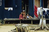 "Lateinamerika Südamerika Amerika Brasilien arme Siedler vor Hütte in Eirunepe im Bundesstaat Amazonas - Armut Familie Holz Regenwald Abholzung xagndaz | .Latin america Brazil poor settler in hut in town Eirunepe in Amazonas Amazon poverty family rainforest wood | .[copyright  (c) agenda / Joerg Boethling , Veroeffentlichung nur gegen Honorar und Belegexemplar an / royalties to: agenda  Rothestr. 66  D-22765 Hamburg  ph. ++49 40 391 907 14   e-mail: boethling@agenda-fototext.de   www.agenda-fototext.de  Bank: Hamburger Sparkasse BLZ 200 505 50 kto. 1281 120 178  IBAN: DE96 2005 0550 1281 1201 78 BIC: ""HASPDEHH""] [#0,26,121#]"