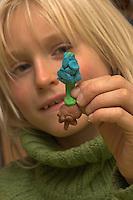Kinder basteln Frühjahrsblumen aus Knete, Bastelei, Kind zeigt seine geknetete Hyazinthe