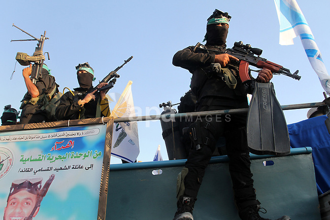 Palestinian members of the marine unit of al-Qassam Brigades, the armed wing of the Hamas movement, hold their weapon during an anti-Israel military parade, in Rafah in the southern Gaza Strip August 21, 2016. Photo by Abed Rahim Khatib