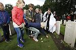 Foto: VidiPhoto<br /> <br /> OOSTERBEEK &ndash; In aanwezigheid van militaire hoogwaardigheidsbekleders, heeft woensdag Lance Corporal William &ldquo;Ginger&rdquo; Loney een eigen grafsteen gekregen op de Airborne begraafplaats in Oosterbeek. De Engelse militair kwam tijdens de Slag om Arnhem op 17 september 1944 om het leven door Duits mitrailleurvuur op de Utrechtseweg in Oosterbeek. Loney werd eerst begraven in Arnhem en pas in 1946 op het militaire ereveld in Oosterbeek, waarbij zijn persoonsgevens vermoedelijk verloren zijn gegaan. Daardoor kwam er &ldquo;unkown soldier&rdquo; op zijn graf te staan. Na lang speurwerk van de Bergings- en Identificatiedienst van de Koninklijke Landmacht (BIDKL) is zeker gesteld dat het graf van Loney is. Na de herdenkingsceremonie mochten Arnhemse schoolkinderen een bloem leggen bij het graf van de prarachutist.