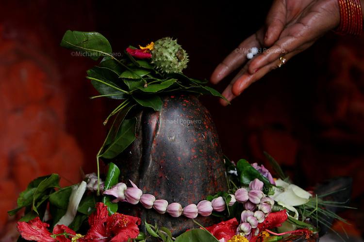 30.11.2008 Varanasi(Uttar Pradesh)<br /> <br /> Woman putting offerings to the shiva lingam.<br /> <br /> Femme faisant des offrandes au shiva lingam.