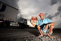 Cambui_MG, Brasil...Vendedor de morangos na beira da BR 381, na rodovia Fernao Dias...Strawberries seller in the BR 381, Fernao Dias highway...Foto: LEO DRUMOND / NITRO