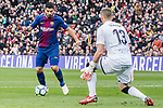 Luis Alberto Suarez Diaz of FC Barcelona (L) attempts a kick against Goalkeeper Vicente Guaita Panadero of Getafe CF (R) during the La Liga 2017-18 match between FC Barcelona and Getafe FC at Camp Nou on 11 February 2018 in Barcelona, Spain. Photo by Vicens Gimenez / Power Sport Images