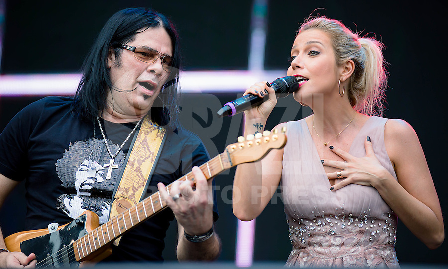SAO PAULO, SP, 27.09.2015 - SHOW-SP – O cantor e guitarrista Pepeu Gomes e a cantora Luiza Possi durante apresentação na festa de 40 anos do Carrefour, realizada no Parque Candido Portinari, na regiao oeste da capital paulista, neste domingo, 27. (Foto: Andreia Takaishi/Brazil Photo Press/Folhapress)