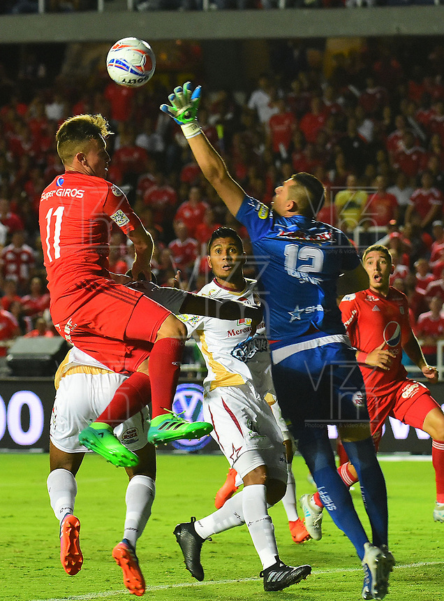 CALI - COLOMBIA  - 15 -  07  -  2017: Fernando Fernandez (Izq.) jugador de America, disputa el balón con Joel Silva (Der.) portero de Deportes Tolima, durante partido entre America de Cali y Deportes Tolima de la fecha 2 por la Liga Aguila II 2017 jugado en el estadio Pascual Guerrero de la ciudad de Cali. / Fernando Fernandez (L) of player of America, vies for the ball with Joel Silva (R) goalkeeper of Deportes Tolima, during a match between America de Cali and Deportes Tolima of the date 2nd for the Liga Aguila II 2017 at the Pascual Guerrero stadium in Cali city. Photo: VizzorImage / Nelson Rios / Cont.