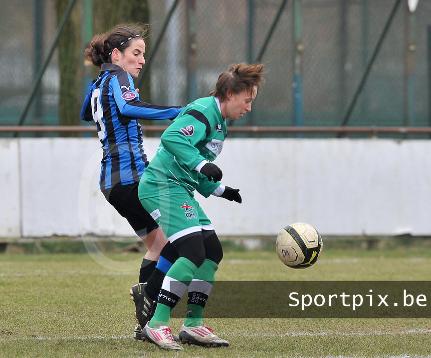 Club Brugge Dames - OHL Oud Heverlee Leuven : Charlotte Taelemans aan de bal voor Lore Dezeure.foto DAVID CATRY / Vrouwenteam.be