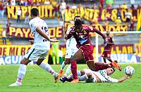 IBAGUÉ-COLOMBIA , 10 -11-2018 . Omar Albornoz (Der.) jugador del Deportes Tolima  disputa el balón con Patriotas Boyacá durante partido por la fecha 19 de la Liga Águila II 2018 jugado en el estadio Manuel Murillo Toro de la ciudad de Ibagué./Omar Albornoz player of Deportes Tolima  fights for the ball with  Patriotas Boyaca during the match for the date 19 of the Aguila League II 2018 played at Manuel Murillo Toro  stadium in Ibague city. Photo: VizzorImage/ Juan Carlos Escobar / Contribuidor
