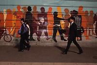 """SÃO PAULO-SP-28,08,2014-IBGE/INSTITUTO BRASILEIRO DE GEOGRAFIA E ESTÁTISCA - O IBGE divulga nova estimativa para população brasileira que chega aos 202.768.562 habitantes.A nova estimativa foi publicada no """"DIÁRIO Oficial da União"""" nessa quinta-feira,28 e a data referência é de 1° de Julho de 2014/Fotos da  Avenida Paulista;região centro sul da cidade de São Paulo,na noite dessa quinta-feira,20(Foto:Kevin David/Brazil Photo Press)"""
