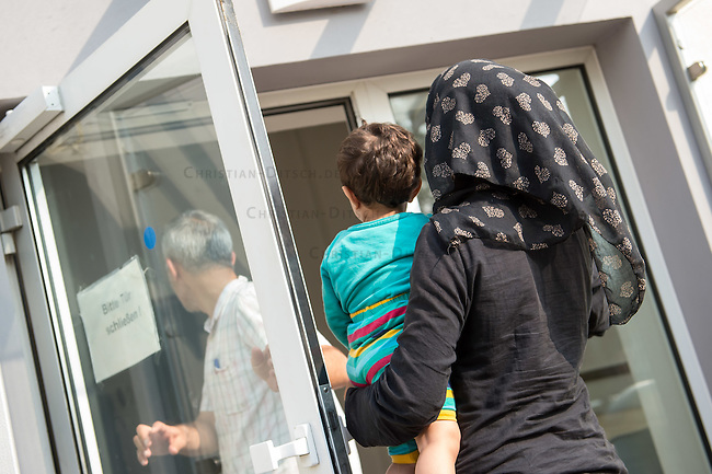 Zentrale Auslaenderbehoerde und BAMF-Aussenstelle in Eisenhuettenstadt.<br /> Bundesinnenminister Thomas de Maiziere und brandeburgs Ministerpraesident Dietmar Woidke besuchten am Donnerstag den 13. August 2015 die Zentrale Auslaenderbehoerde und BAMF-Aussenstelle in Eisenhuettenstadt. Sie liessen sich von Mitarbeitern die Situation in der Einrichtung zeigen und erklaeren, sprachen mit Fluechtlingen und besichtigten das auf dem Gelaende befindliche Abschiebegefaengnis.<br /> Der Besuch des Bundesinnenministers und des Ministerpraesidenten wurde von etwa 40 Journalisten begleitet.<br /> Im Bild: Fluechtlinge nach ihrer Ankunft auf dem Gelaende.<br /> 13.8.2015, Eisenhuettenstadt/Brandenburg<br /> Copyright: Christian-Ditsch.de<br /> [Inhaltsveraendernde Manipulation des Fotos nur nach ausdruecklicher Genehmigung des Fotografen. Vereinbarungen ueber Abtretung von Persoenlichkeitsrechten/Model Release der abgebildeten Person/Personen liegen nicht vor. NO MODEL RELEASE! Nur fuer Redaktionelle Zwecke. Don't publish without copyright Christian-Ditsch.de, Veroeffentlichung nur mit Fotografennennung, sowie gegen Honorar, MwSt. und Beleg. Konto: I N G - D i B a, IBAN DE58500105175400192269, BIC INGDDEFFXXX, Kontakt: post@christian-ditsch.de<br /> Bei der Bearbeitung der Dateiinformationen darf die Urheberkennzeichnung in den EXIF- und  IPTC-Daten nicht entfernt werden, diese sind in digitalen Medien nach &sect;95c UrhG rechtlich geschuetzt. Der Urhebervermerk wird gemaess &sect;13 UrhG verlangt.]