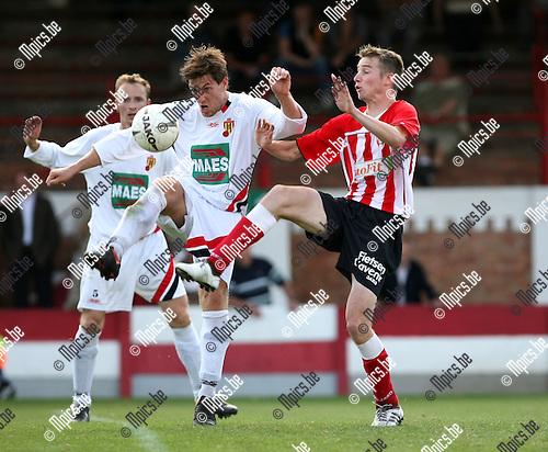 2009-08-30 / Voetbal / seizoen 2009-2010 / Lyra - Bornem / Wouter Koppen (L) en Davy Van Gelstel (Lyra) in een duel..Foto: Maarten Straetemans (SMB)